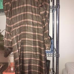 Fin kjole fra second female  Str xs - jeg er selv en s-m og den er helt fin til mig💛 Der er en lille fejl på bagsiden ved låsen Kjolen har puff ærmer og slids op i siden