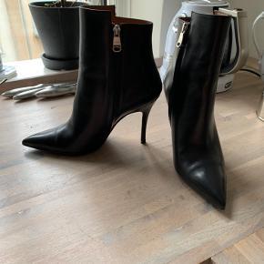 Smukke støvletter....aldrig brugt, kun prøvet på.... 9cm høje.