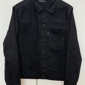 Levi's LINE 8 Denim jakke i sort str S. Kun brugt 1-2 gange. Fremstår som ny ⭐️ Kan mødes og handle i Kbh og på Frb. Sendes med DAO for kr 40.