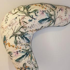 Fin og helt ny ammepude fra Müsli med det dejligste blomstrede print. Nypris 349 - spar 100 kr!