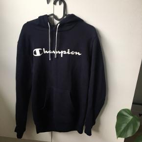 Mørkeblå Hoodie fra Champion:)