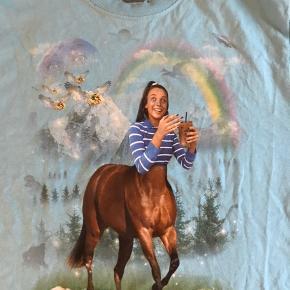 Emma Chamberlain t-shirt, fra hendes egen merch kollektion