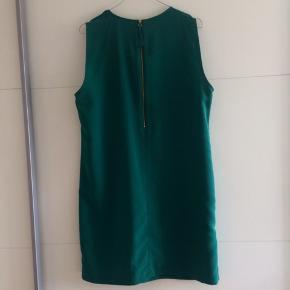 Rigtig flot mørkegrøn kjole fra Zara med frynser ned foran. Aldrig brugt.  Nypris 450,-
