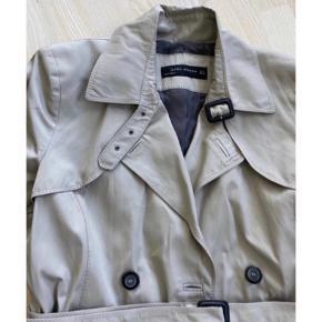 Skøn trenchcoat fra Zara 🤍  - str. M (passer en small-medium) - bælte i talken  - sorte knapper  - brugt, men i god stand  Se også mine andre fine annoncer. Sælger billigt ud og giver gerne mængderabat 🙌🏼