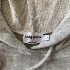 NA-KD x Emilie Malou hættetrøje sælges. Aldrig brugt, kun prøvet på