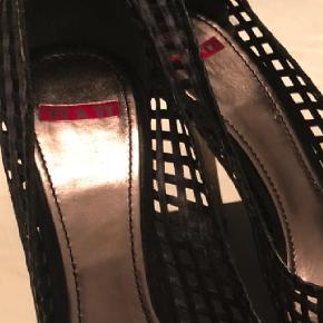 Brand: TTxTT Varetype: Pep toe Farve: Sort Smukke sko købt i Italien. Læder og brugt 1 enkel gang.