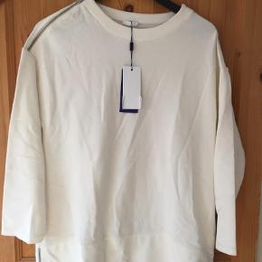 Varetype: Sweatshirt Farve: Hvid Oprindelig købspris: 1099 kr. Prisen angivet er inklusiv forsendelse.  Aldrig brugt stadig med pricetag  Lang model med fine lynlåsdetaljer