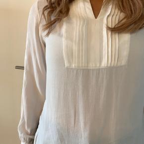"""Brugt to gange. Vasket en enkelt gang. Fremstår i perfekt stand :-) Skjorten kan stå åben som på billedet eller lukkes med en lille """"hage"""" øverst."""