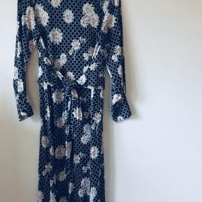 Lækker kjole i str 38/M  Med rigtig flot lille slids i siden