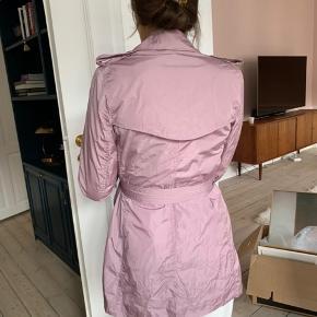 Lilla kort regn frakke 💜