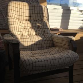 Dejlig lænestol i ternet stof med ben af mørkt træ. Den er gammel, så den er lidt fnuldret i stoffet, men fremstår flot!  Man sidder skønt i den :-)