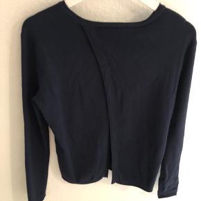 Flot mørkeblå bluse fra Samsøe & Samsøe med sød detalje på ryg. Brugt få gange.