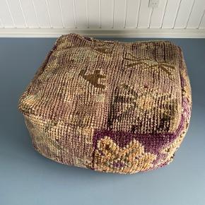 Marrokansk gulvpude i de smukkeste farver. 65x65 cm (Fyld medfølger ikke) Prisen er fast