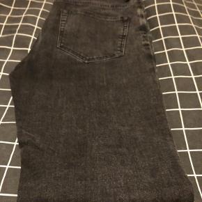 Samsøe Samsøe Travis jeans i farven vasket sort. Super fine jeans med et slim fit snit.  Størrelsen er 32/32.