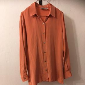 Smuk vintage skjorte i 95% silke og 5% spandex. Skøn str m (38/40) 70kreller byd😊 Aarhus