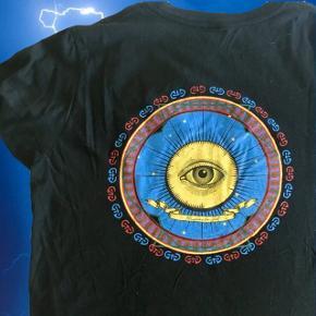 Cool T-shirt fra urban outfitters med brodering foran og et vildt tryk bagpå 🌀  ❌ læs min shop beskrivelse ❌