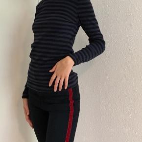 Flot langærmet t-shirt med blå og sorte stribet. Har også en i grå til salg ☀️se også mine andre spændende annoncer 😊