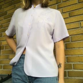 vintage skjorte med smukt mønster:) den er pastel-lilla og ikke hvid  husk der er fri fragt i dag! (mandag d. 11/11)