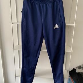 Fine bukser, en smule slitage på det ene ben, se billede 2. Ellers rigtig fine ☺️