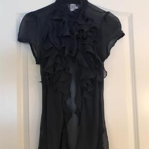 Varetype: Bluse Farve: Mørkeblå Prisen angivet er inklusiv forsendelse.  Fed bluse med korte ærmer fra Saint Tropetz. Den er helt mørkeblå og passer til alt tøj. Super fin som helt lukket bluse, men også fin åben med en strip t-shirt under. BYD!