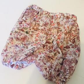 Brand: Retro Rhubarb Varetype: Liberty Bloomers shorts Størrelse: 56/ 62/ 68/ 74/ 80/ 86/ 92/ 98/ 104/ 110/ 116/ 122 Farve: Flere Denne vare er designet af mig selv.  ***NHED - LIBERTY BLOOMERS SHORTS***  Super søde bloomers shorts i det smukkeste Liberty print med elastik i taljen og forneden i ben. Kan også laves uden elastik i ben, hvis man ønsker alm shorts.  Fås i mange forskellige prints - få link med alle mulighederne tilsendt.   PRISER:  56-86: 199,- 92-122_ 229,-    Se også mine andre annoncer med masser af tilbehør og tøj til de små i Liberty!  Der kommer løbende mere til og hvis du har ønsker til varer, så sig endelig til! :D