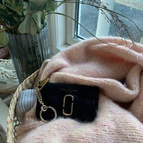 Smukkeste kortholder pung fra Marc Jacobs. Fremstår i super fin stand. Den har indbygget nøglering og guld hardware. Læder udenpå og lækkert farvet foer indvendigt. Kom med et bud. Kvittering haves.