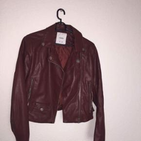 Denne lækre bodo røde jakke fra pull & bear  Brugt en gang til en fødselsdag, derfor er den så god som ny Np 800kr pris er ikke fast, men vil gerne have mindst 200kr for denne fine jakke