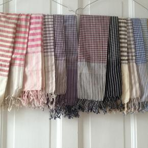 Varetype: Aflange tørklæder i bomuld - flere farver Størrelse: 39 x 155 Farve: sort,hvid,blå,rød,lilla,sand, brun,grå  Bytter ikke  Tørklæder i 100 % bomuld.Pris pr stk kr 65 p.p.. Pris ved 2 stk. 115 p.p.  De varierer en lille smule i ...