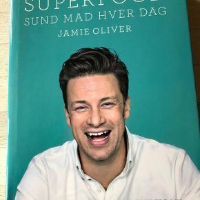 """Superfood - Sund Mad hver dag af Jamie Oliver """"Super food. Sund mad hver dag"""" giver dig mulighed for at spise sundere og lækrere end du nogensinde har gjort - og så er det ikke engang svært!  Jamie Oliver står bag """"Super food. Sund mad hver dag"""", som indeholder et væld af lækre opskrifter, der gør det nemmere at spise sundt og korrekt rent ernæringsmæssigt. Kogebogen indeholder 90 opskrifter på henholdsvis morgenmad, frokost og aftensmad, men du får også Olivers gode tips til at balancere din kost.  indb m smudsomslag, kan sendes m DAO for 45 kr oveni til nærmeste udleveringssted"""