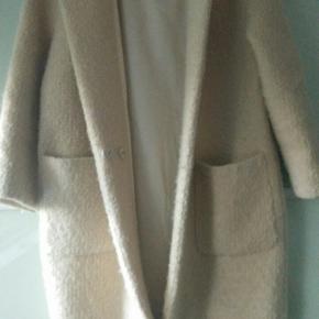 Lækker Ganni jakke, går til lidt over knæene.   Frakke Farve: Beige,Hvid,Hvide