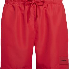 Lækre badeshorts fra Calvin Klein.  Ubrugt med tags.  Farve : Lipstick red.  Nypris = 500 kr.  Sendes med DAO.  MOBILEPAY foretrækkes.  PRISEN FORHANDLES IKKE.