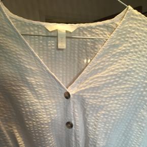 Super fin bluse i det flotteste stof. Knapper og bindebånd. Blusen går lige til jeans kanten🙌🏼 brugt én gang! H&M str. 34 - passer en xs og S
