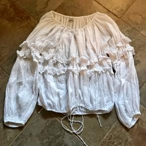 Smuk bluse/skjorte i bomuld. En puffy overdel som er mega fed til stramme jeans. Jeg har ikke været god til at stryge den men det gør ikke noget for den er også fin i rå stil. Går også virkelig godt til en evt lædernederdel.  Se også alle mine andre annoncer 💃💃💃  Byd!