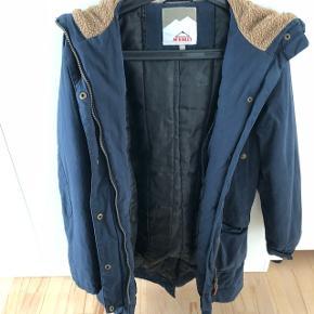 Mørkeblå jakke i str. 40. Bruger normalt str. 38, men jakken passer fint.