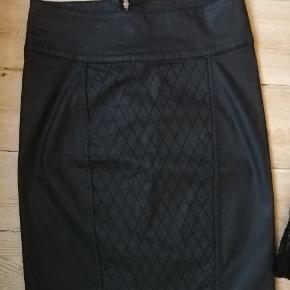 Sort pencilskirt med lynlås bagi. Mønster/struktur i stof på FORSIDE STR SMALL. Sort, kort nederdel med blonde og FOR, STR SMALL. Mintfarvet pencilskirt med struktur/mønster i stoffet og lynlås bagi Str. M. Cardigan, råhvid str. Small. 50 kr. Pr del PP.  2 dele 80 kr. Pp, 3 dele 100 kr. Pp, 4 dele 115 kr pp.