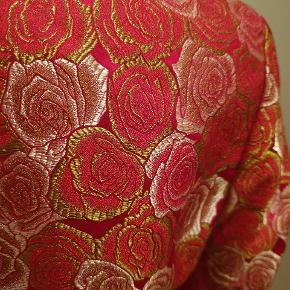 Silke blazer i det smukkeste stof med vævede roser. Købt i Kina