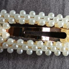 Flot perle hårspænde  Aldrig brugt  25 kr plus porto  Kan billigst sendes for 10 kr med post nord