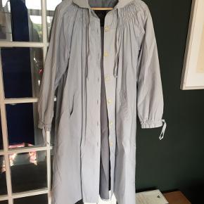 Trenchcoat med flot krave og snore i ærmerne. Føler mig lidt Mary Poppins i den - på en god måde :-) Men farven er ikke helt god til mig.