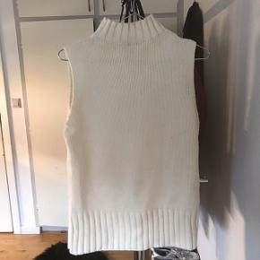 Jeg sælger denne virkelig lækre strikket højhalset vest fra Estelle.  Str. M Mp: 399kr BYD❤️