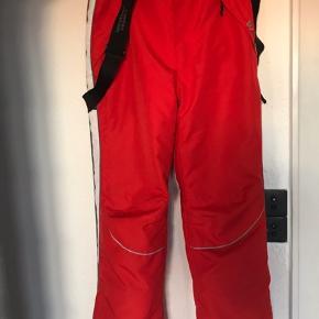 Flot skisæt i sort / rød / hvid.   Fede skibukser fra det anerkendte svenske skisports mærke Weather Report Mange smarte finesser: Snestop, lynlås i bukseben, friskluft-lomme med lynlås ved lårene, 2 lynlåslommer foran og 1 bagpå. Aftagelige seler.   JAKKEN: Lækker Graphite Jakke - med aftagelig hætte -  Jakken er sort med røde bieser, røde burre og rødt for.  Fuld af smarte finesser: Indvendig snefang i jakke, lomme til liftkort på ærme, 2 udvendige lynlåslommer, 2 indvendige lommer den ene med lynlås, en anden til mobiltlf.   Begge dele er angivet som str 160.  Passer også voksen str xs og s.   Sælges samlet eller enkeltvis.   300kr pr del 550kr  for hele sættet