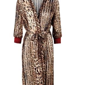 Flot kimono i str L😊Kun prøvet på... sender med Dao for 40 kr.. pris er fast og til info koster den stadig 499,95 i butikkerneBYTTER IKKE😊
