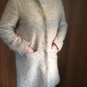 Varetype: Jakke Farve: Beige Oprindelig købspris: 1500 kr.  Super fin og varm uld jakke fra Part Two. Indeholder 40%, og er altså dejlig varm. Brugt ganske lidt, så byd endelig.