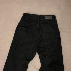 Ingen skader, ligner en ny buks. Sælger den fordi den er for lille i længden til mine ben.