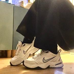 Virkelig fede Nike Monarch sneakers i hvid. Str 39 men passer også en 38,5.  Få tegn på brug er ellers i virkelig fin stand.   Der gives mænderabat ved køb af flere ting!