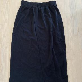 Mørkegrå nederdel med skrå slids hele vejen - lavet af ultra blødt stof 🤍🖤