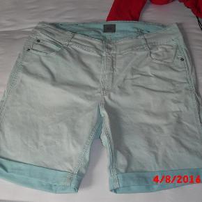 Fik købt disse lækre shorts fra Veto, men de er for store..  Aldrig brugt, kun vasket!    Lækker mint grøn sommerfarve.    Svarer til 48/50 vil jeg mene Lividde er 110cm.  shorts Farve: Mint Oprindelig købspris: 499 kr.