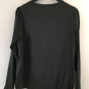 100% Silk blouse i night green med længe ærmer.