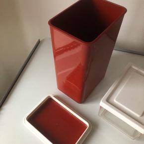 Plastic fantastic genbrug:  Bordeaux box 21 cm høj ukendt mærke 35 kr. IRA smørboks / opbevarer 13,5 cm lang 25 kr. Alderssvarnede brugsspor.  ▪️Velkommen i shoppen 🤩👗☘️ ▪️Bud er altid velkomne 🌹📸💰 ▪️Tager ikke billeder med tøjet på ‼️‼️ ▪️Sender udvalgte varer 📦🔍💌 ▪️Afhentning nær Nørrebro st. ☑️ ▪️Ingen byttehandler 🔁🌸🖖🏼🌼