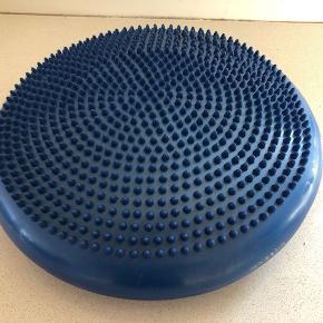 Balancepude til massage og træning af balance, koordination og styrke.  Rigtig god kvalitet i robust materiale.  Masser af fordele ...  - perfekt fitness værktøj til hjemmet eller fitnesscentret - ideel til afslapning for ryg og balanceøvelser - effektivt design i høj kvalitet - lavet af miljøvenligt, allergivenligt og slidstærkt PVC materiale. - mere sikkerhed gennem den skridsikre overflade - praktiske og pladsbesparende dimensioner - forebyggende træning er sundt og giver en stærkere ryg - fleksibel og kan bruges overalt - kan også bruges stående for at få en behagelig fodmassage  Størrelse: Diameter ca 33 cm, Højde ca 8 cm.  Nypris: 259 kr  Let brugt. Fremstår rigtig pænt (Kun lettere overfladiske brugsspor på siden - se sidste billede)