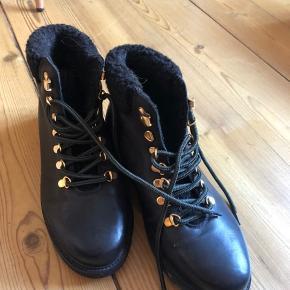 De fedeste støvler fra Sofie Schnoor sælges. De sælges da de ikke helt var min størrelse. De brugt to enkelte gange i meget få minutter. ☃️❄️